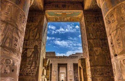 «زاهي حواس» يروج للسياحة الثقافية بصورة لمعبد هابو